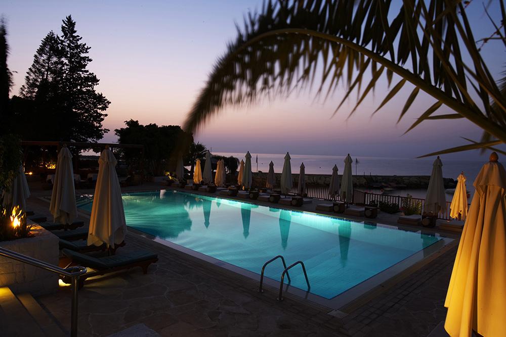 Londa piscine au lever du soleil creative dmc cyprus for Piscine du soleil nice